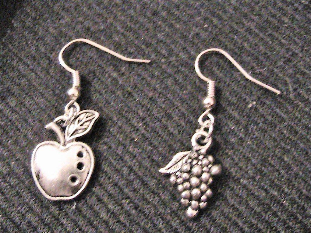 Orecchini con mela e uva in argento tibetano