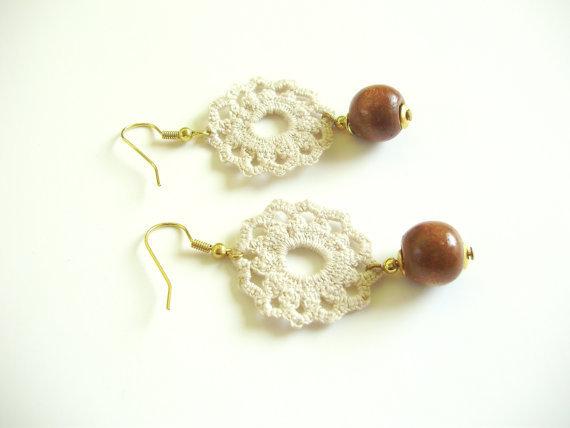 Orecchini romantici all'uncinetto con filo di cotone ecrù, perla di legno, gancio dorato anallergico