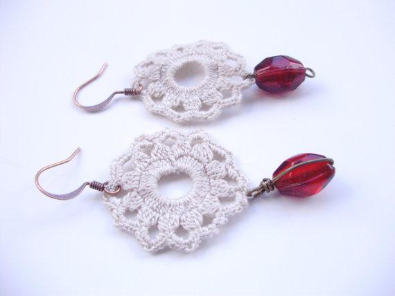 Orecchini all'uncinetto con filo di cotone ecrù, perla di vetro rosso rubino e gancio anallergico rame
