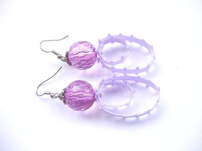 Orecchini perla sfaccettata ametista e fettuccia raso in duplice ovale, componenti argentati anallergici, fatti a mano