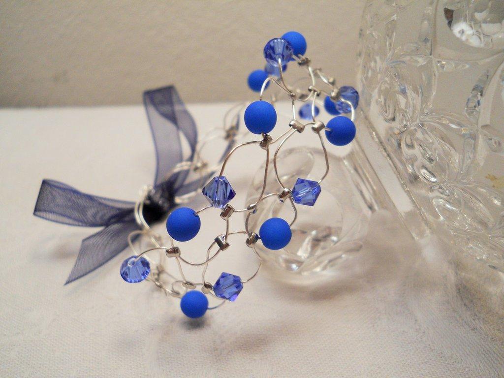 Bracciale wire con perle cerate e Swarovski blu