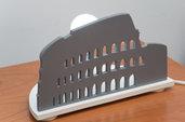 Lampada in legno da tavolo, fatta a mano, con sagoma lavorata al traforo - Lampada Roma - Colosseo
