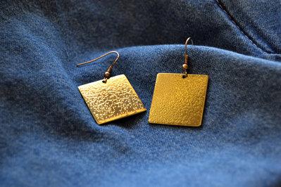 Orecchini pendenti quadrati in ottone