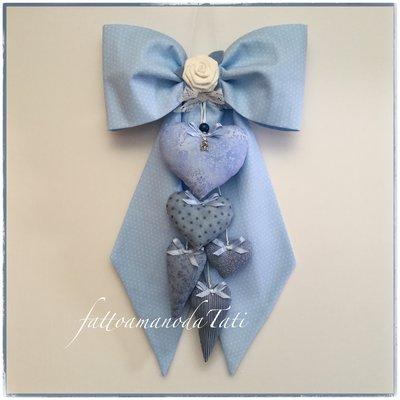 Fiocco nascita in cotone azzurro a piccoli pois bianchi con rosa bianca e 5 cuori imbottitti