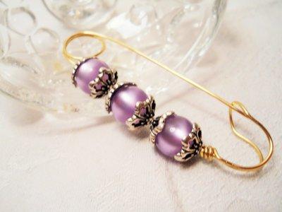 Spilla dorata con perle viola e coppette argentate