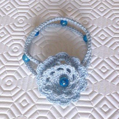Bracciale azzurro con perline e rosa fatto a mano all'uncinetto
