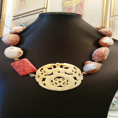 Collana di Agate marroni con centrale in Giada orientale