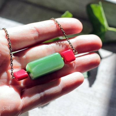 Girocollo con perla vintage in resina verde