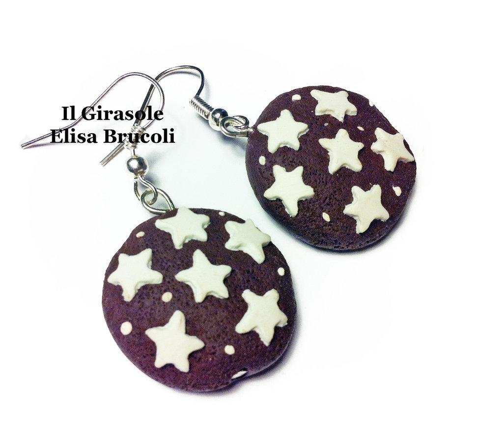 Orecchini biscotto al cioccolato e stelle pendenti