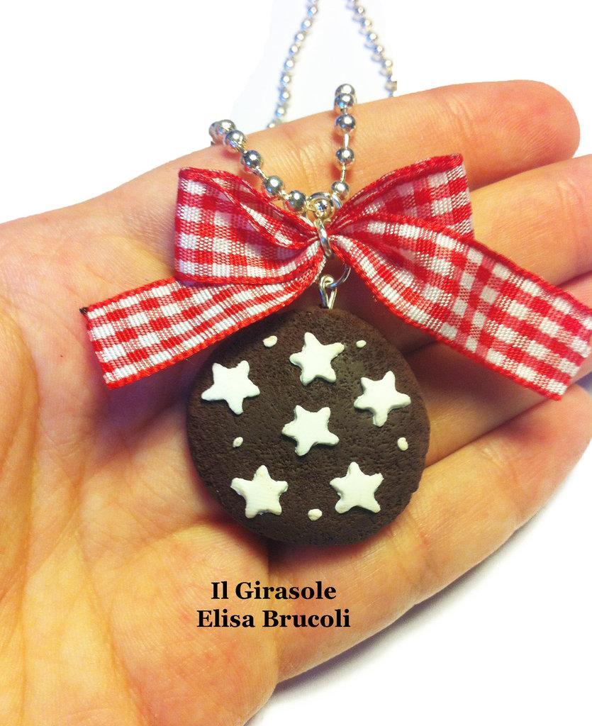 Collana biscotto al cioccolato e stelle in fimo e fiocco lunga