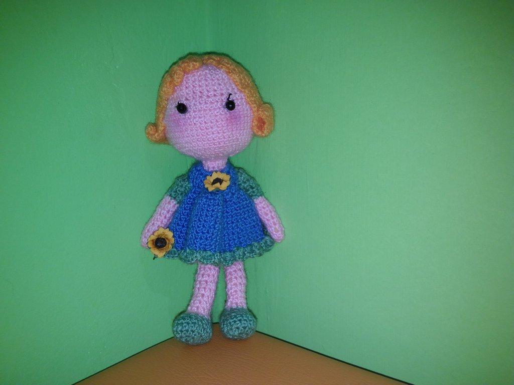 Bambola amigurumi uncinetto con vestito blu