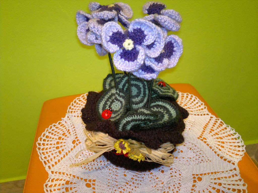 Pianta uncinetto in lana decorativa.Viola del pensiero con vaso