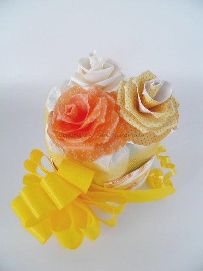 Mini torta di pannolini gialla