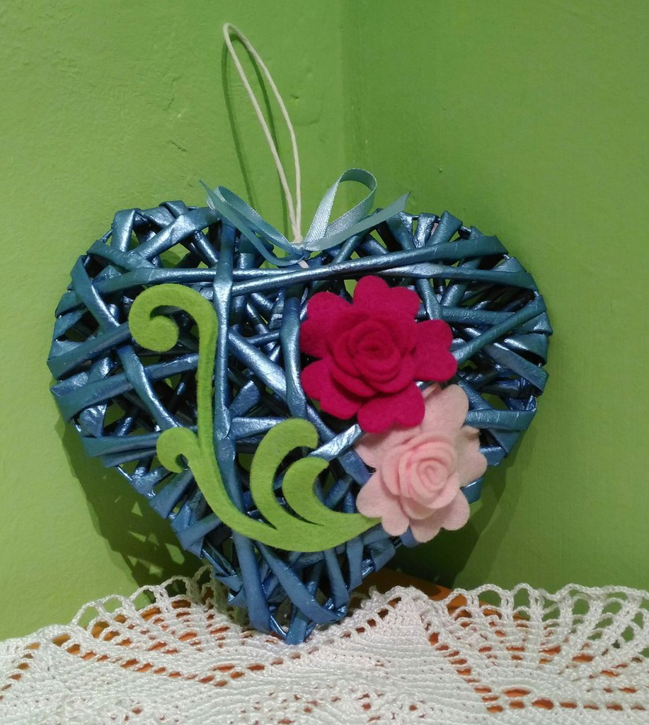 Cuore blu perlato con fiori idea regalo