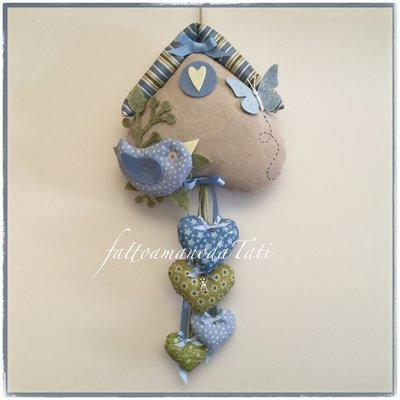 Fiocco nascita casetta in cotone ecrù con uccellino e 4 cuori sui toni azzurro/verde