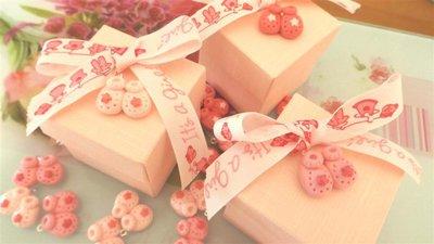 BOMBONIERA COMPLETA SCATOLA  porta confetti  - Battesimo nascita - fimo - SCARPINE - bimba TARGHETTA IN LEGNO CON NOME IN OMAGGIO