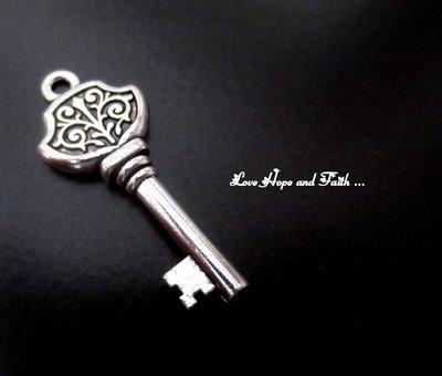 """Charm ciondolo  chiave """"La chiave"""" (35x15mm) (cod.0new)"""