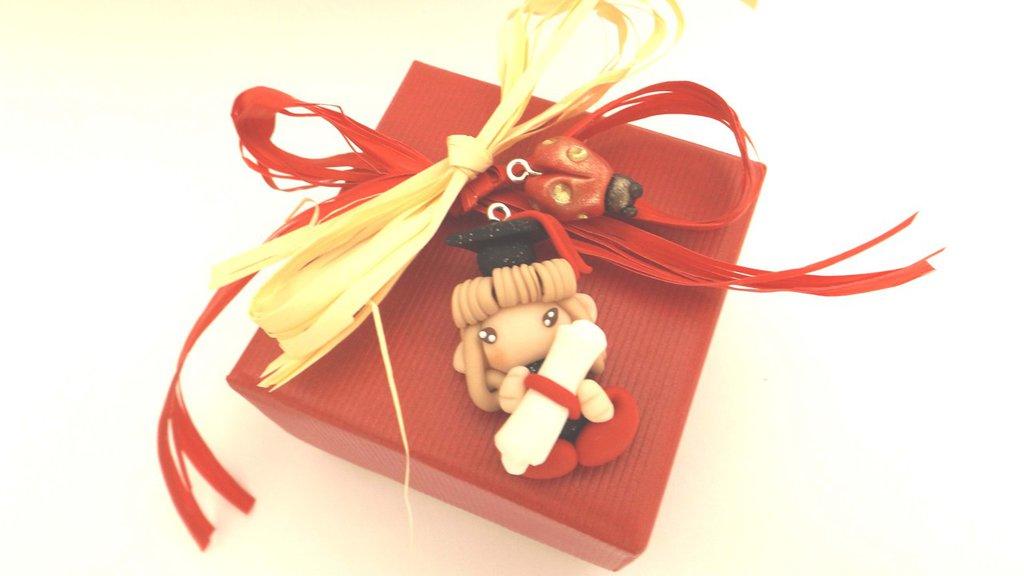 BOMBONIERA COMPLETA con CARTIGLIO NOME PER LAUREA  - fimo - FOLLETTA LAUREATA CASTANO CHIARO e COCCINELLA  - ciondolo porta confetti scatola confetti