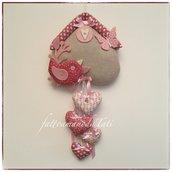 Fiocco nascita casetta in cotone ecrù con uccellino e 4 cuori sui toni rosa/rosa lampone