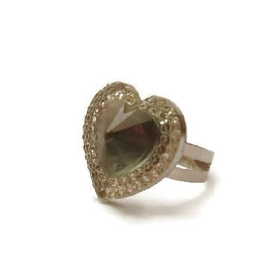 Cabochon a forma di cuore, con centro convesso, montato su una base anello di metallo, regolabile per tutte le misure.Non personalizzabile