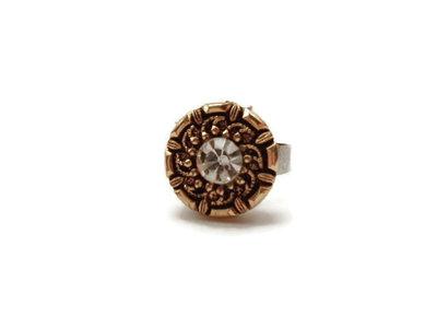 Bottone con grazioso diamantino, montato su una base anello in metallo regolabile e allargabile secondo la misura desiderata