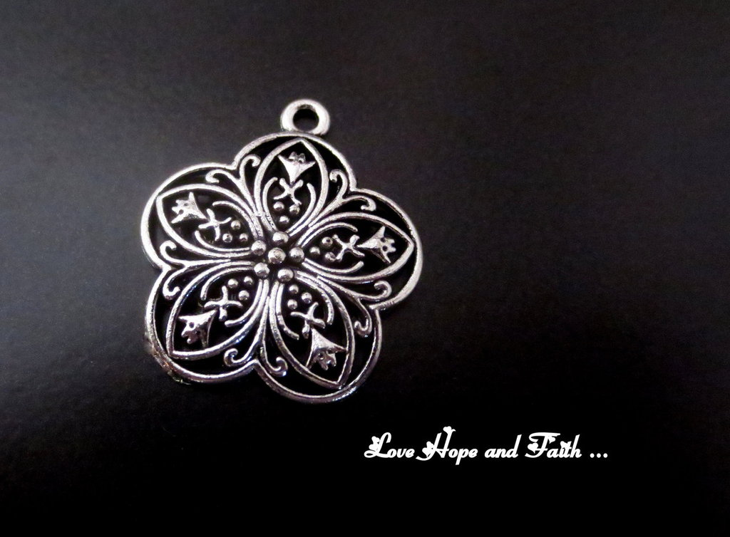 """Charm """"fiore"""" color argento (29x26mm) (cod. New)"""