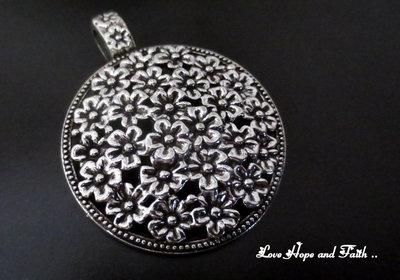 """Charm """"prato fiorito"""" color argento (58x45mm) (cod. New)"""