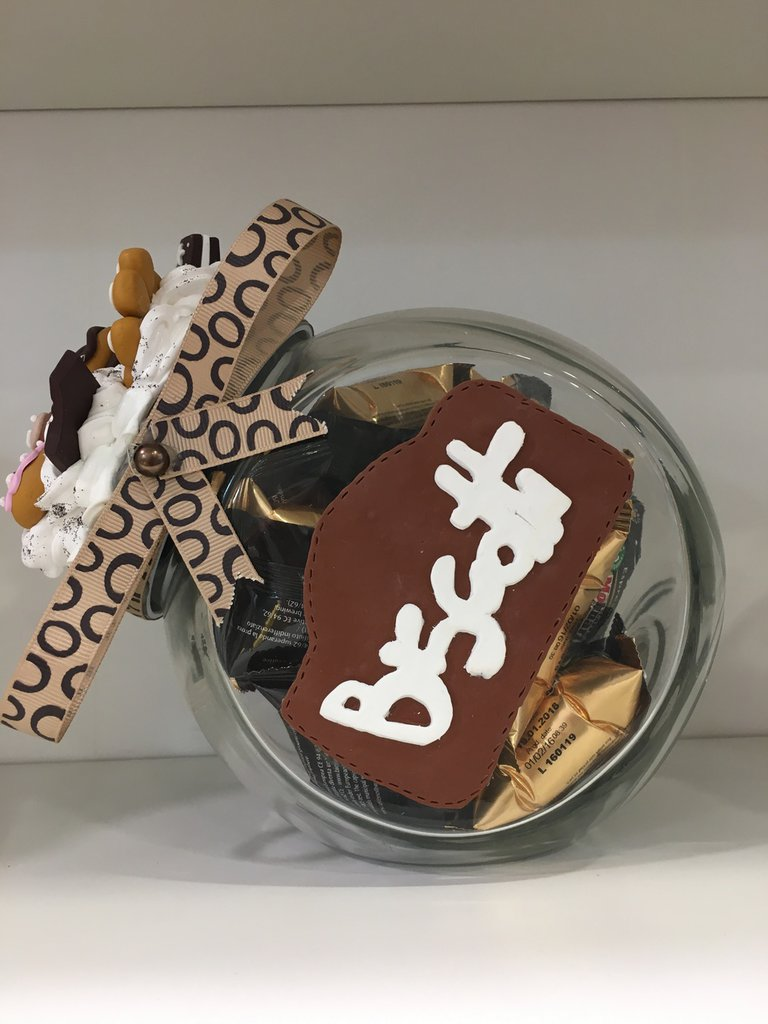 Biscottiera con biscotti