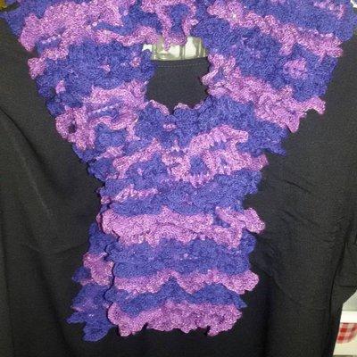 Sciarpa donna handmade con piccoli volants nei toni del viola blu