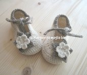Scarpine bimba lana e alpaca con fiore e laccetto fatte a mano all'uncinetto