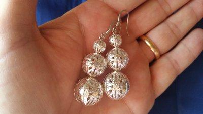 Orecchini pendenti con tre perline metalliche traforate