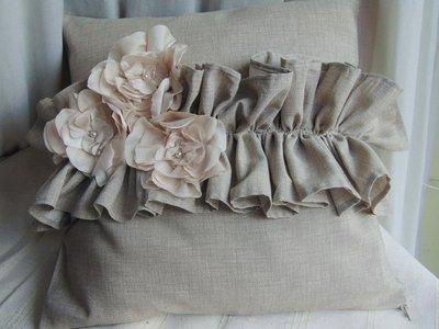 Romantico cuscino beige con fiori