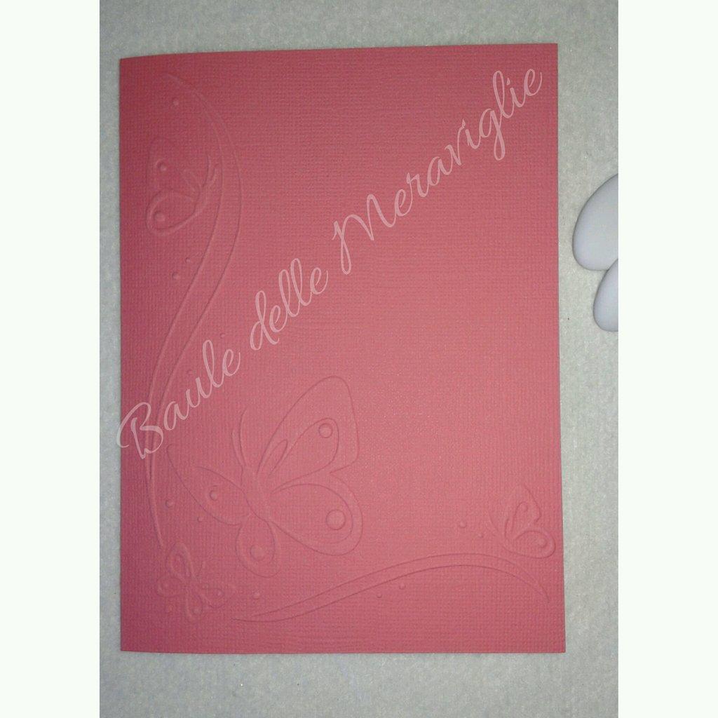 Partecipazione nozze in cartoncino color geranio e motivo farfalle embossing
