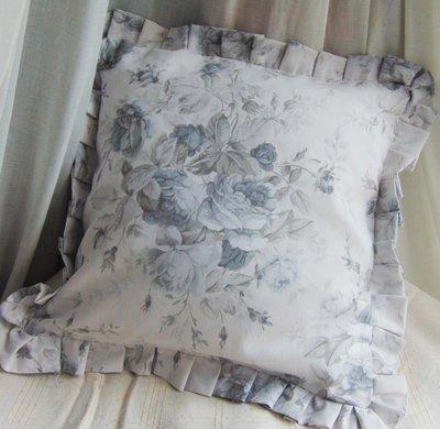 cuscino con rose  grigie