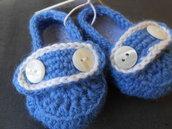 Scarpine crochet  mocassino bambino azzurre con bottoni bianchi.