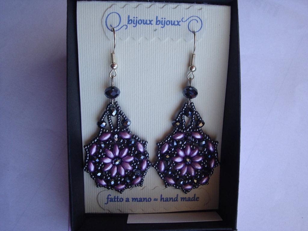 Orecchini pendenti duble face in tessitura di perle lilla e antracite