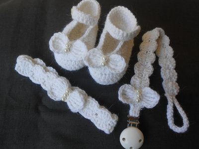 Parure battesimo scarpine , fascia capelli e porta ciuccio crochet bianco con perle.