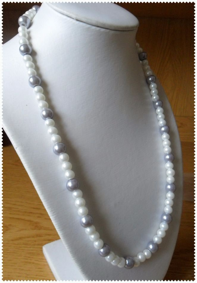 Collana di perle bianche e grigie