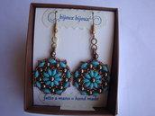 Orecchini pendenti con fiore di perle turchese e bronzo