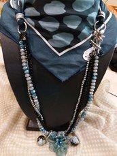 Foulard gioiello azzurro e nero con collana