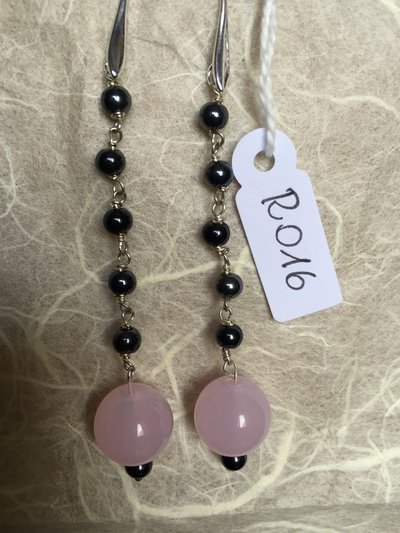 Orecchini con ganci anallergici nichel free, perline di ematite e ciondoli di quarzo rosa.