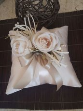 cuscino in tessuto di raso colore avorio-ecru con decorazione di fiori in tessuto