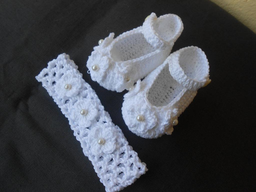 Completino crochet  battesimo bambina , scarpine, fascia capelli con fiori e perle, idea regalo.