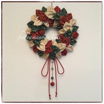 Corona natalizia petalosa piccola in cotonine americane sui toni del verde,rosso ed avorio con sonaglio rosso