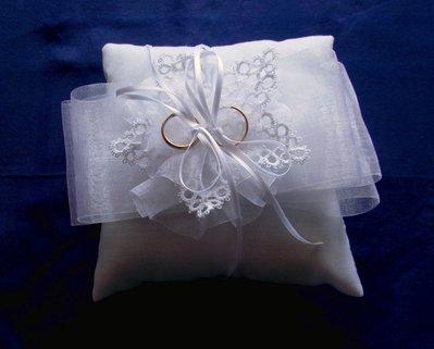Cuscino portafedi con giglio a chiacchierino e fiocco di organza