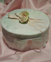 Scatola contenitore in latta rivestita di tessuto in raso e decorazioni con nastri e fiore in tessuto