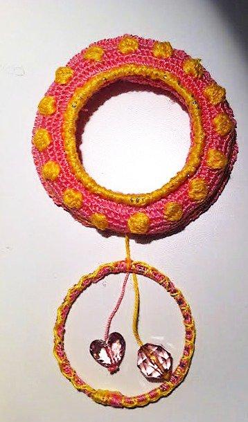 piccola ghirlanda in rosa e giallo ciambella lavorata ad uncinetto con cerchio e coralli trasparenti rosa