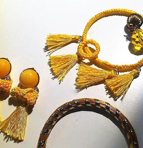 ciondolo due cerchi gialli piccolo e grande con pendente interno di perle dorata e trasparente e nappine gialle