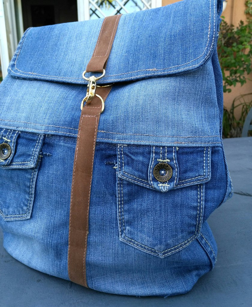 Piccolo zaino in tessuto jeans delave riciclato.