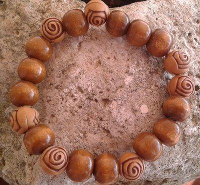 Bracciale elastico con perle e rose in legno